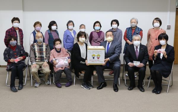 『新一年生に手作りマスク(集合写真)』の画像